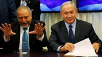 Avigdor Lieberman (left) and Benjamin Netanyahu (right) sign the coalition deal in Jerusalem on 25 May 2016