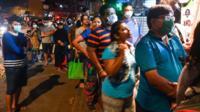 Индийцы стоят в очереди в магазин перед началом карантина
