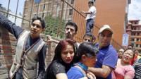 Run nepalês para o espaço aberto como um forte terremoto atinge Kathmandu, Nepal, 12 de maio de 2015.