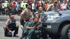 Police hide behind vehicles in Jakarta, Indonesia (14 Jan 2016)