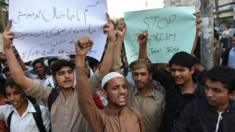 Students of Islami Jamiat Talaba (IJT) shout slogans against the militants