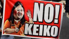 A protester holds up an anti-Fujimori banner during a march in central Lima (5/4/16)