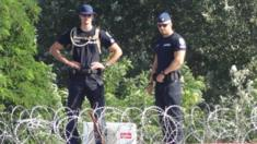 Hungarian police monitor migrants on border with Serbia