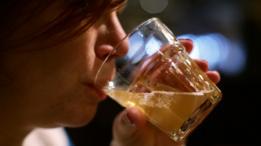 Женщины пьют почти наравне с мужчинами