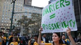 Una mujer protesta a favor de la existencia de escuelas