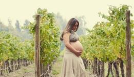 Mujer en embarazo en un viñedo