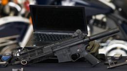 Armas, equipos informáticos y de telecomunicaciones incautados a narcotraficantes.