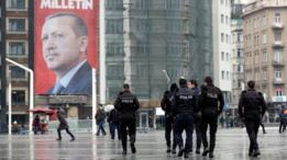 صورة ضخمة للرئيس التركي رجب طيب اردوغان في ميدان تقسيم، وسط اسطنبول، تحث على التصويت لصالح التعديل الدستوري