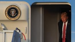 الرئيس ترامب خلال وصوله إلى مطار بالم بيتش، يوم 10 فبراير / شباط 2017، على متن الطائرة الرئاسية