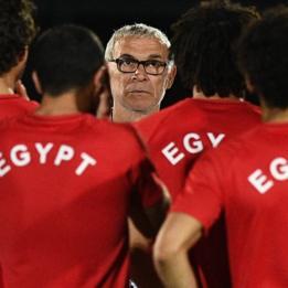 Héctor Cúper con los jugadores de Egipto