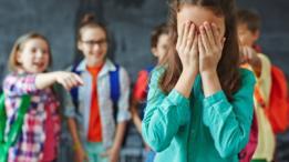 Niños burlándose de una niña