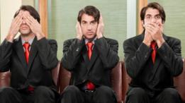 موظف يضع يده فمه، وفي صورة أخرى على أذنيه، وفي ثالثة على عينيه