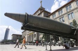 Un misil es exhibido el patio del Museo Militar de Beijing, el 5 de septiembre de 2001.