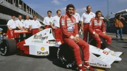 Ayrton Senna y el equipo de McLaren en 1990