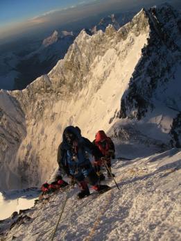 Montañistas pasando el Escalón de Hillary.