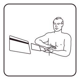 Hombre barajando tarjetas de crédito