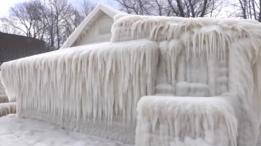 Una casa completamente cubierta por el hielo