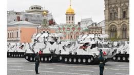Vehículos con sistemas de misiles tierra-aire TOR-M2 Arctic Edition desfilan durante el Día de la Victoria.