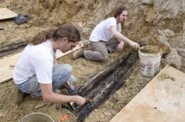 Investigadores desenterrando ataúdes en la universidad