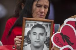 Madre con la foto de su hijo despaarecido