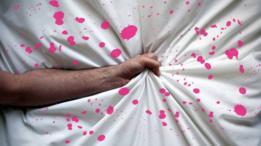 brazo y mano agarrando sábana