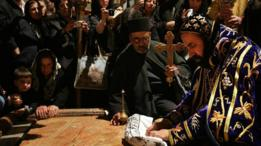 Arzobispo sirio reza sobre la Piedra de la Deposición
