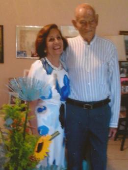 Gisela y Pedro celebrando 64 años de casados