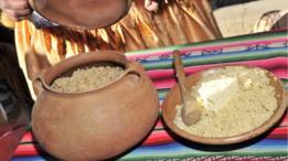 Dos contenedores artesanales de quinua.