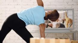 Mujer haciendo ejercicio siguiendo video