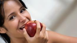 Una mujer comiendo manzana