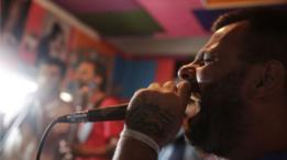 Adrian Baraldo canta en el estudio musical de Punta de Rieles