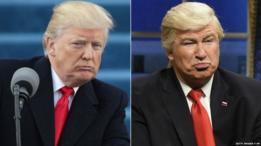 Donald Trump dando su discurso inaugural y Alec Baldwin imitándolo en Saturday Night Live.