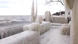 منظر يبين أن المنزل يطل على مياه بحيرة أنتاريو