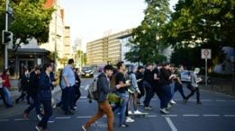 Jóvenes caminan prestando atención al celular y no a la calle.