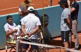 Rafael Nadal escucha a sus técnicos