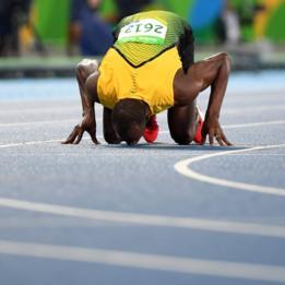 Usain Bolt con la línea de izquierda a derecha