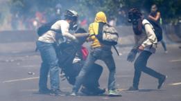 Manifestantes con máscaras de gas