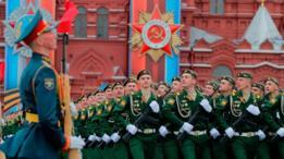 Soldados rusos desfilan en la Plaza Roja de Moscú.