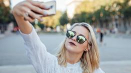 Chica joven tomándose un selfie.