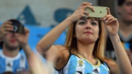 Una argentina toma una foto con un iPhone