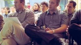 Personas escuchando una conferencia