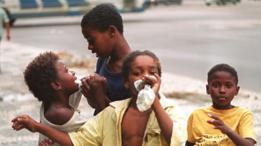 Niños aspirando pegamento en una calle en Brasil
