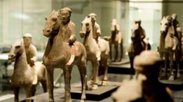 Hombres a caballo dentro de una exhibición sobre el Ejército de Terracota