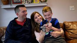 Jacob Lemay, un niño transgénero de Estados Unidos, con sus padres Joe and Mimi