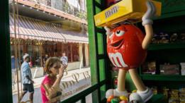 Muñeco de M&Ms en una tienda de La Habana.