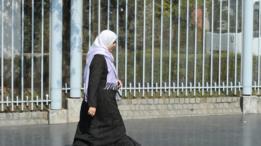 فتاة محجبة تسير في أحد شوارع باريس