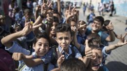 Niños de escuela saludando a la cámara