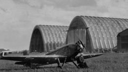 Avión frente a hangares en 1925.