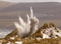 Una mina es detonada cerca de Puerto Argentino/Stanley, la única ciudad y capital de Malvinas/Falklands en 2007.