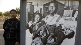 La foto de Hector Peterson, de 13 años, ensangrentado en los brazos de otro joven junto a su hermana Foto de Sam Nzima